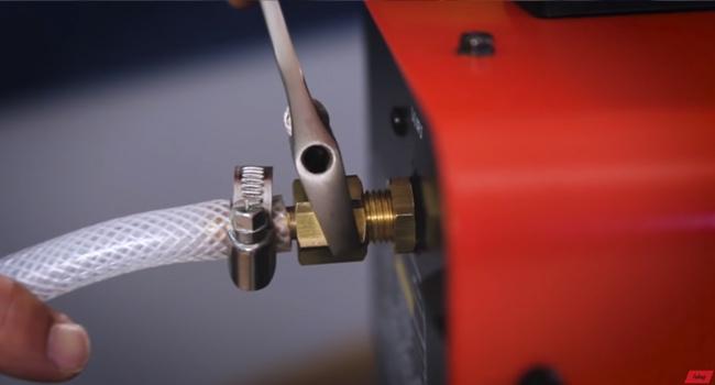 Підключаємо-газовий-шланг-к-полуавтомату..jpg